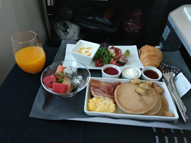 Japan Airlines JAL Sky Suite Boeing 787-800 Hanoi to Narita Breakfast.jpg
