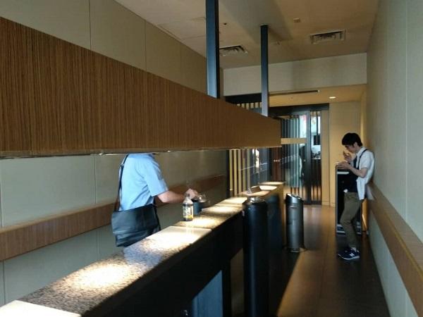 Tokyo station daimaru smokiing room