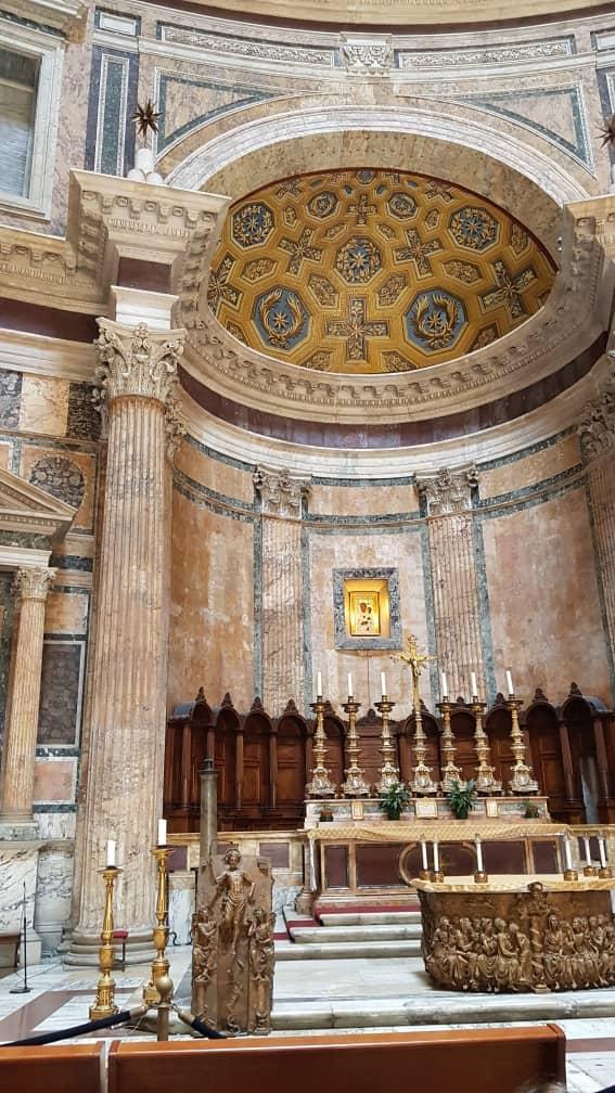 Rome Pantheon inside Church.jpg