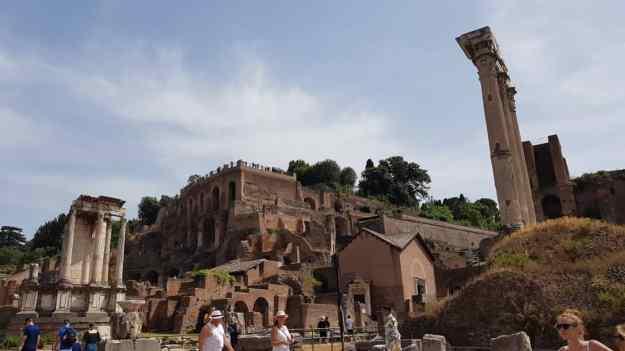 Ruins at Rome Forum.jpg